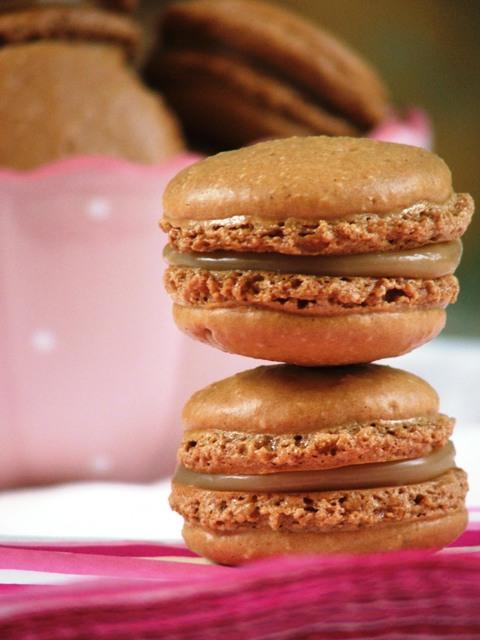עוגיות מקרון בטעם קפה ושוקולד לבן
