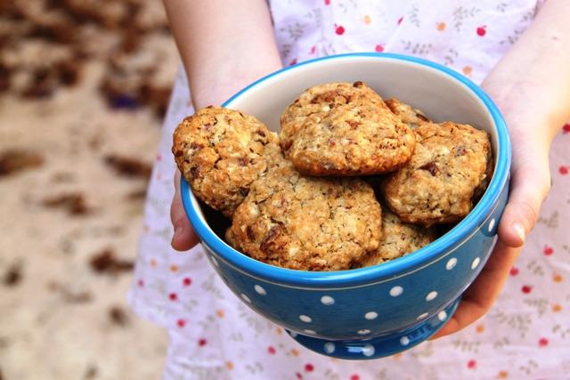 עוגיות שיבולת שועל, שוקולד לבן, תמרים ואגוזים
