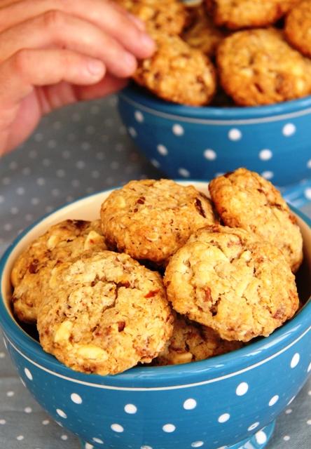 החצי חוטף עוגייה תוך כדי הצילום