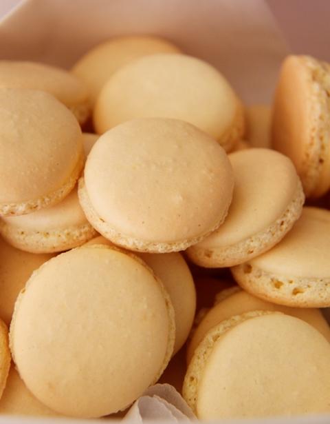 עוגיות מקרון בטעם לימון וקרם שמנת9