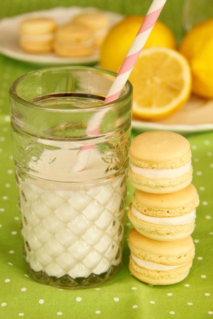 עוגיות מקרון בטעם לימון וקרם שמנת
