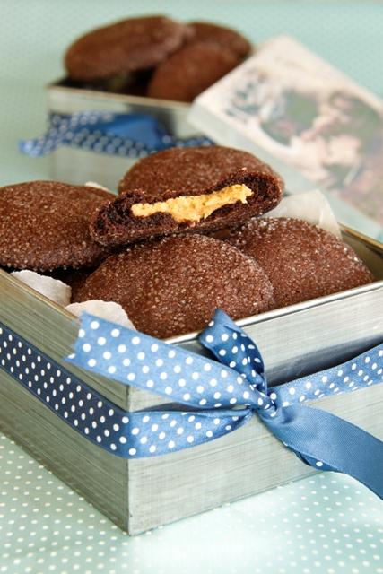 עוגיות שוקולד עם הפתעת חמאת בוטנים