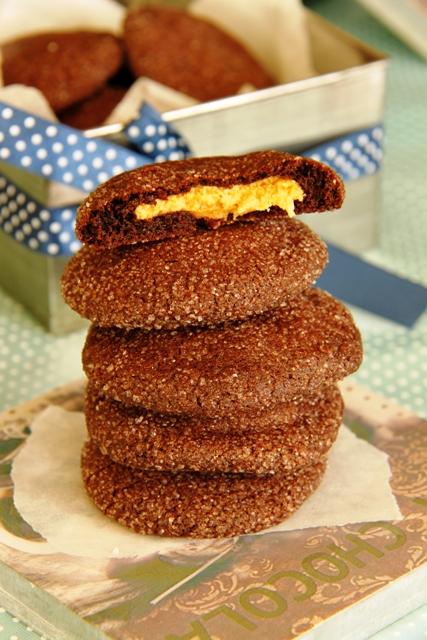 עוגיות שוקולד עם הפתעת חמאת בוטנים1