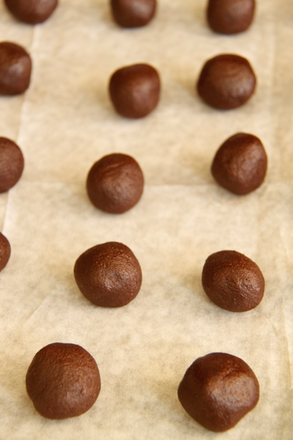 עוגיות שוקולד עם הפתעת חמאת בוטנים4