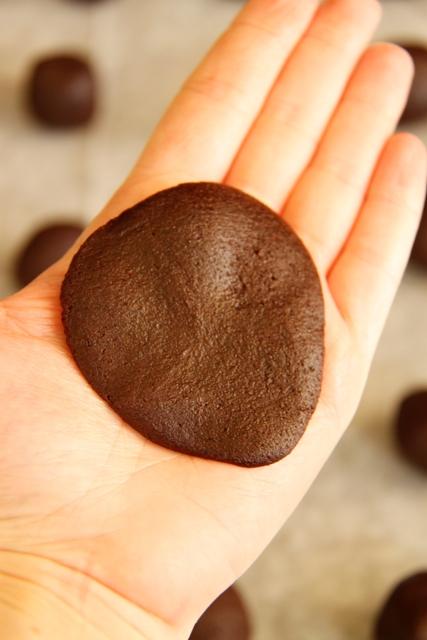 עוגיות שוקולד עם הפתעת חמאת בוטנים5