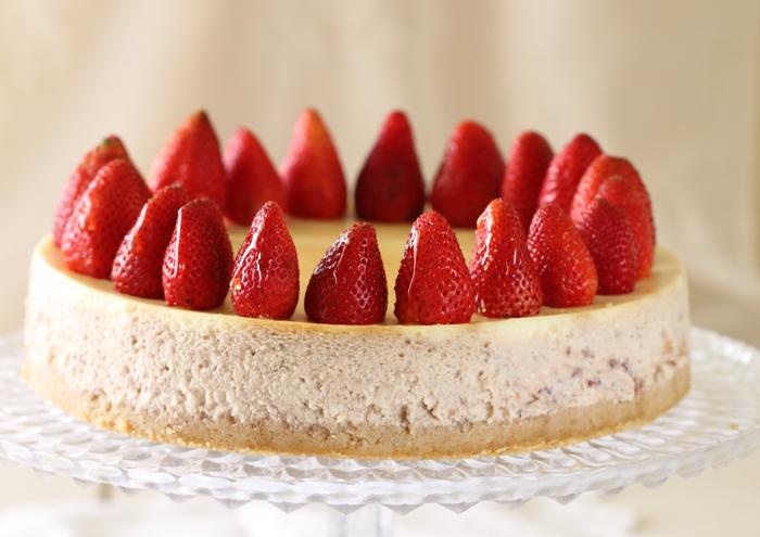 עוגת גבינה עם תותים צלויים