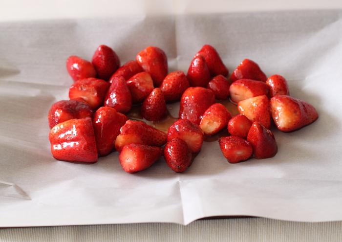 עוגת גבינה אפויה עם תותים צלויים