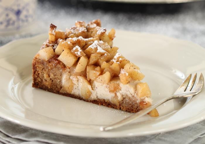 עוגת קינמון, גבינה ותפוחים מקורמלים