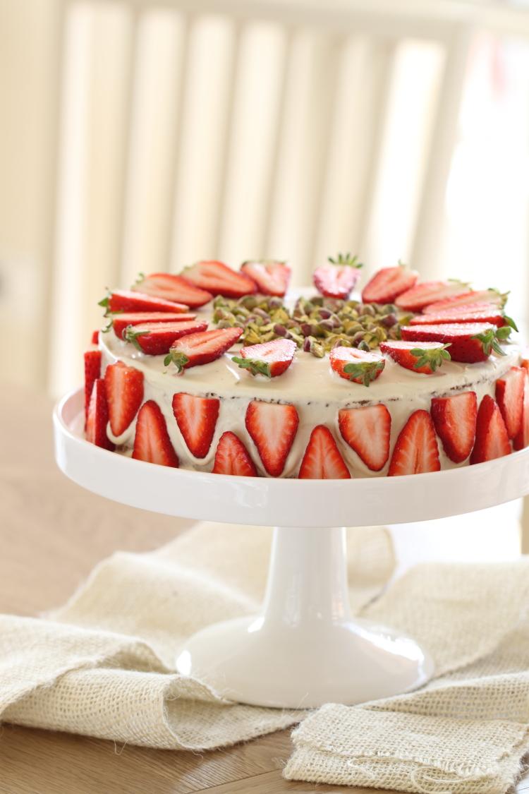 עוגת פיסטוק שוקולד לבן ותותים לפסח