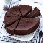 טורטה קפרזה (עוגת שוקולד איטלקית) בשתי גרסאות של שחור ולבן
