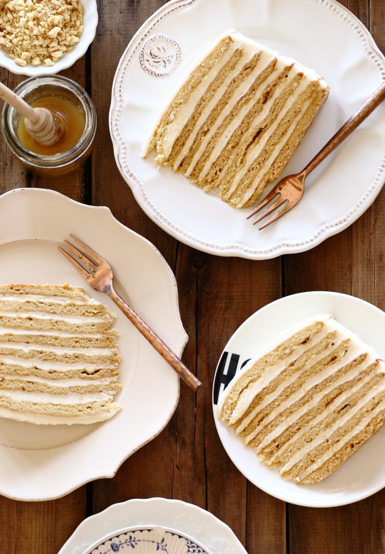 עוגת שכבות דבש ושמנת חמוצה – עוגת מדוביק