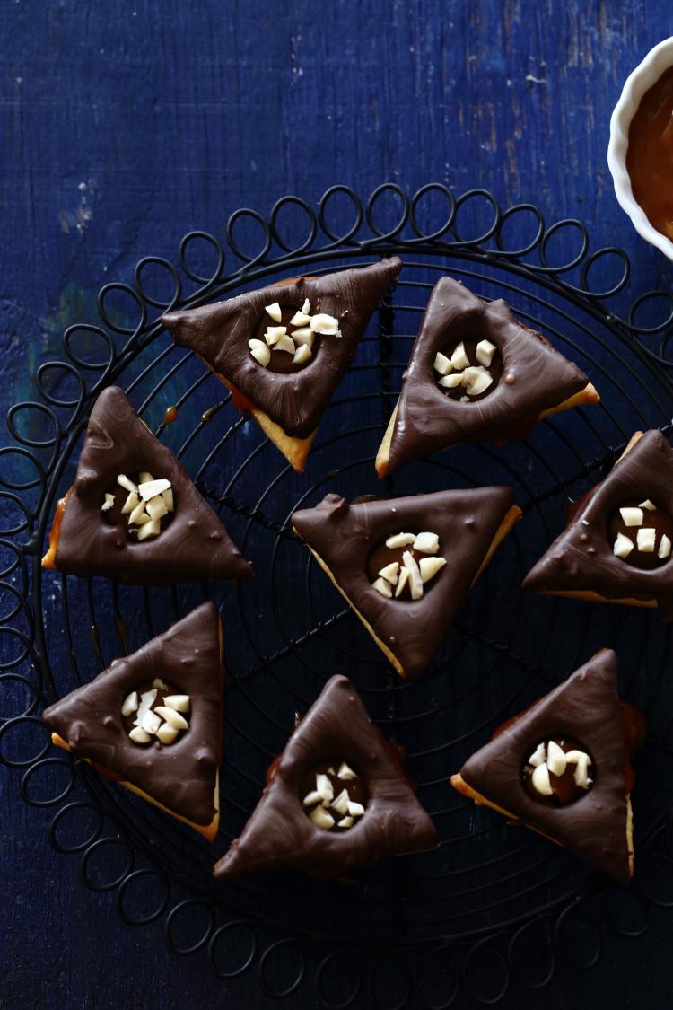 אוזני המן סניקרס: קרמל, בוטנים ושוקולד