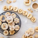 עוגיות סנדוויץ אגוזים ושוקולד לבן מקורמל