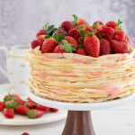 עוגת קרפים עם קרם תות ומסקרפונה