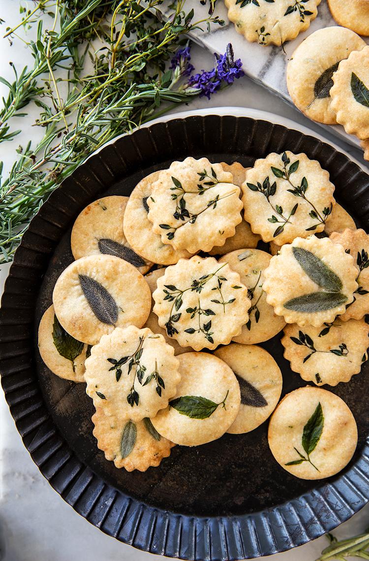 עוגיות פרמזן ועשבי תיבול