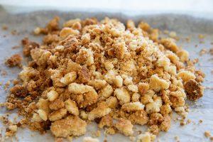 קינוח שכבות גבינה, מנגו וקרמבל שקדים