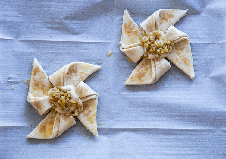 דייניש גבינה ותפוחים מקורמלים