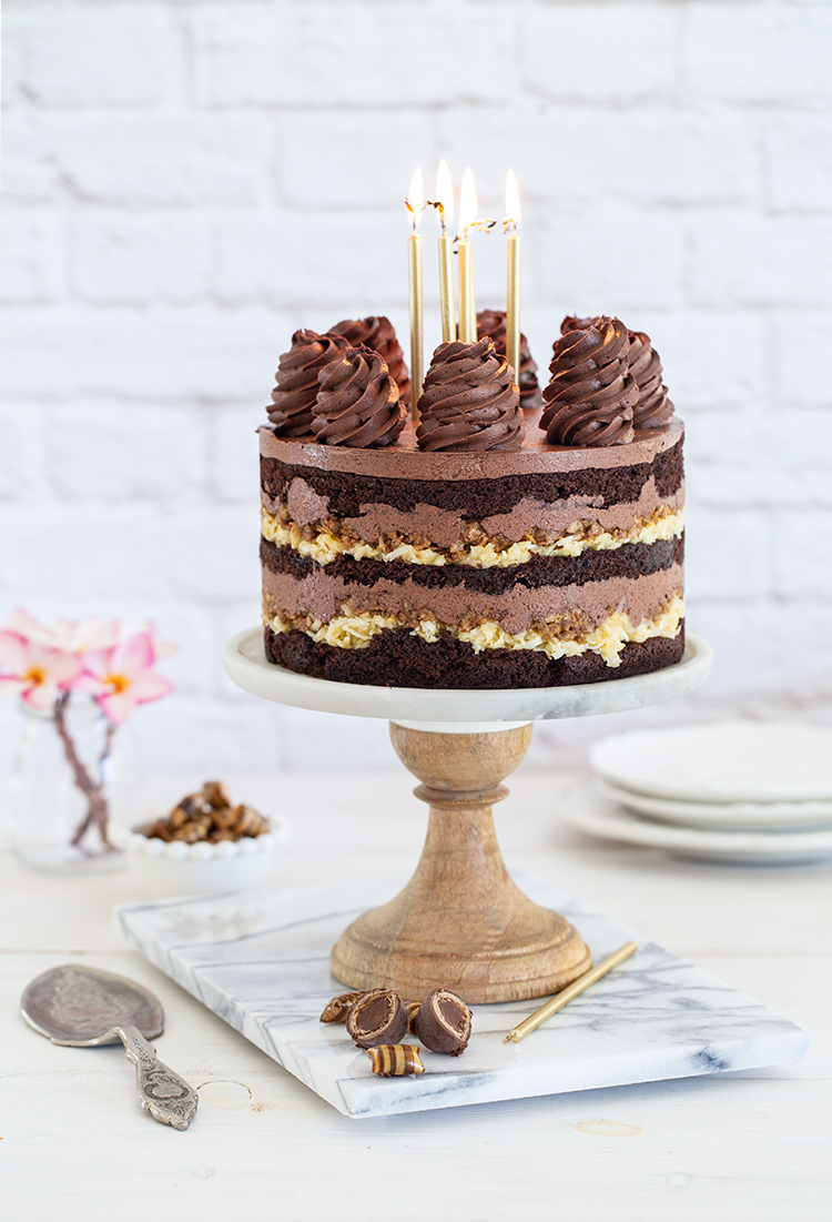 עוגת יום הולדת – עוגת שכבות שוקולד עם קוקוס וקרנצ׳ פקאן