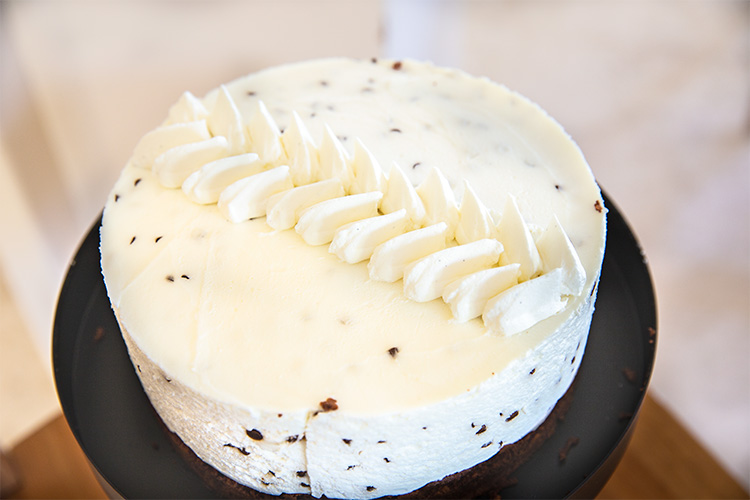 עוגת גבינה בראוני ופצפוצי שוקולד