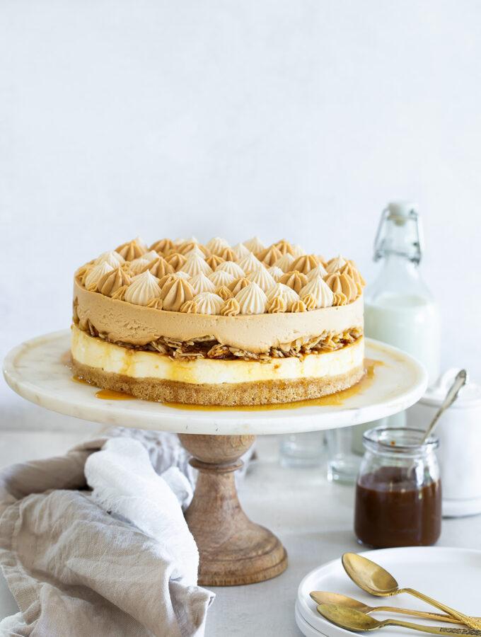 עוגת גבינה וריבת חלב עם קרמל שקדים