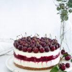 עוגת גבינה עם שוקולד לבן ודובדבנים